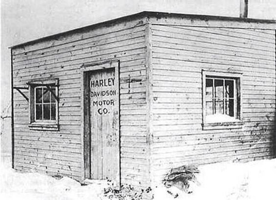 Primera fábrica de Harley-Davidson, un pequeño cobertizo de madera en el patio trasero de la familia en Milwaukee.
