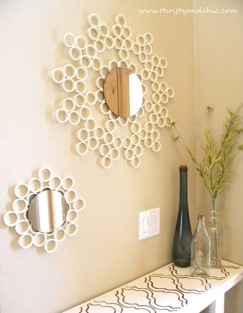 Mirad que espejos más originales realizados con un tubo de PVC, ideales para la pared del recibidor. Tenéis las instrucciones en thriftyandchic