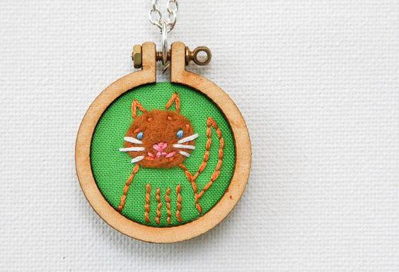 Cat embroidered hoop necklace  SQUIGGLES by name  par dandelyne, $40,00
