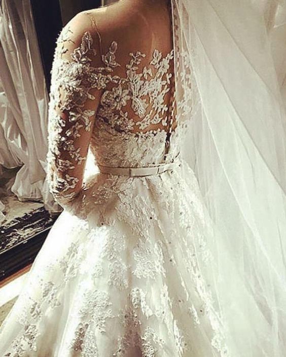 Detalhes!  #noiva #vestido #noivas #dress #casamento #forever #wedding #weddingdress #bride #bridestyle #love #inlove #sonho #luxo #flores #festa #inspiração #fabricamos #vendemos #encomenda #princesa #renda #aplicacao #bordado #veu #veudenoiva by vestidosdenoiva.noiva