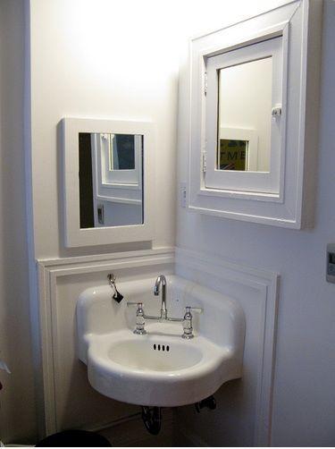 baths-white-mirrors-sinks-1