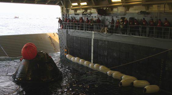 La cápsula Orion ya recuperada, tras su amerizaje, en el dique del buque USS Anchorage (NASA, 2014)