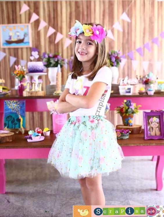Party Tangled. Festa que eu fiz para a minha filha, Camiseta personalizada e coroa com flores feitas com papel de seda.