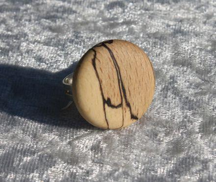 Bague en bois de buis échauffé, tournée. Diamètre 20 millimètres environ Finition cire d'abeille biologique Tous mes bois proviennent de forêts locales et de tailles de fr - 16784732