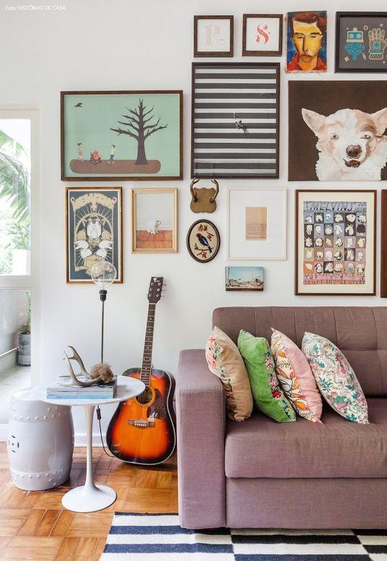 09-decoracao-sala-estar-parede-quadros-coloridos-mesinhas: