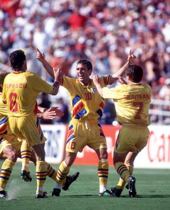 """Esse time encantou muitos apaixonados por futebol, sendo sua estrela principal Gheorghe Hagi, que defendeu sua seleção por 16 anos. Foi apelidado de """"Maradona dos Cárpatos"""" (a região onde está a Romênia) pela extrema habilidade que tinha na perna esquerda. A Romênia eliminou a Argentina de Batistuta e Caniggia por 3x2 e chegou às quartas-de-final, perdendo nos pênaltis para a Suécia por 5x4, depois de empatar no tempo normal por 2x2."""
