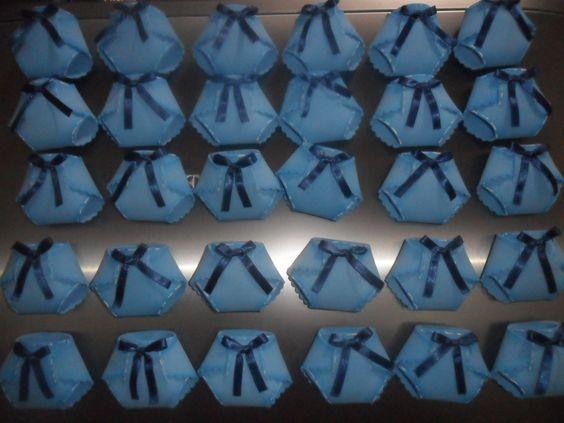 Fraldas feitas em e.v.a, porta confete. <br>Cabe um saquinho de confetes dentro das fraldas, lindo para dar de lembrancinhas de Nascimento em diversas cores.