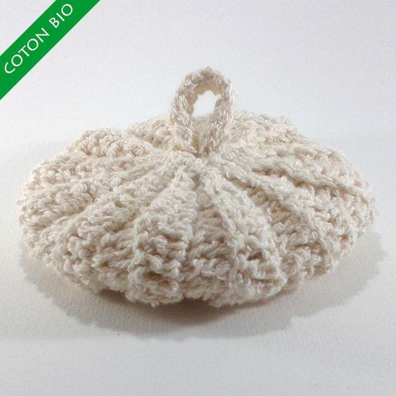 Ce tawashi est réalisé avec un fil en coton bouclé 100% biologique, non traité, non teinté. Il est souple au toucher.