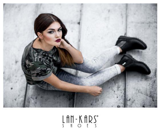 Ciepłe botki dzięki którym wygrasz walkę z każdym chłodnym, jesiennym dniem. :)  #shoes #lankars #black #boots #leather #silver #zip #girl #woman #fashion #style #moro #jeans #tshirt #model #lipstick #casual #autumn #fall #look #outfit