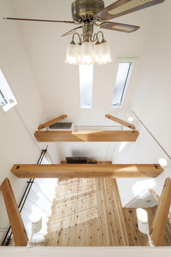 リビングの吹抜けには無垢材の梁を現し デザイン性も追求 自然素材を