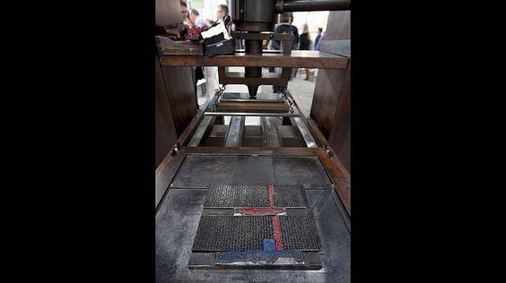 Erfindung des Buchdrucks-Mit beweglichen Metalllettern schaffte der Mainzer Johannes Gutenberg 1440 die Grundlage für den Buchdruck. In Europa kam somit eine Medienrevolution auf, die als Schlüsselelement der Renaissance anzusehen ist. Seine Erfindung, die Druckerpresse, machte es möglich, dass das Buch zum Massenartikel avancierte. Das Bild zeigt die Druckplatte einer Gutenberg Druckerpresse.