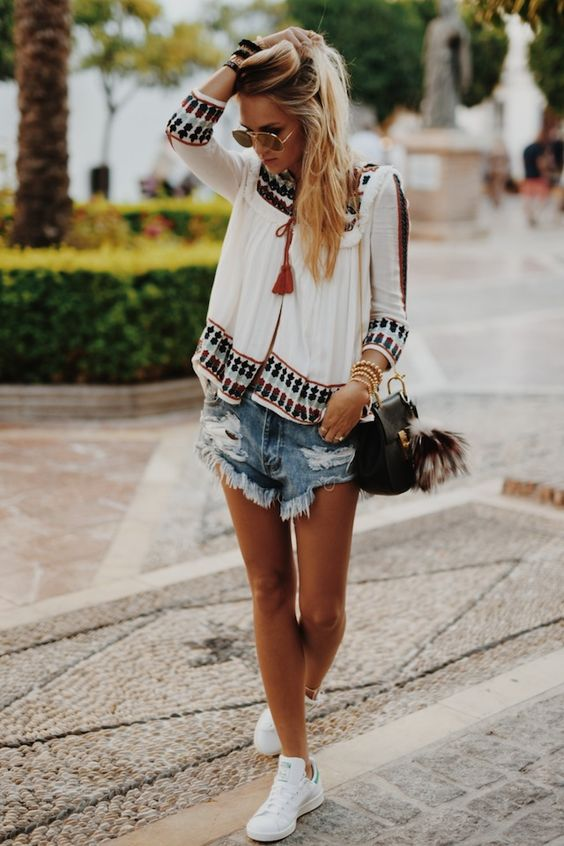 Could this be the perfect summer boho outfit? In love with the top and the frayed shorts. Via Nina Suess Top: Zara, Shorts/Shoes: Edited, Bag: Chloe: