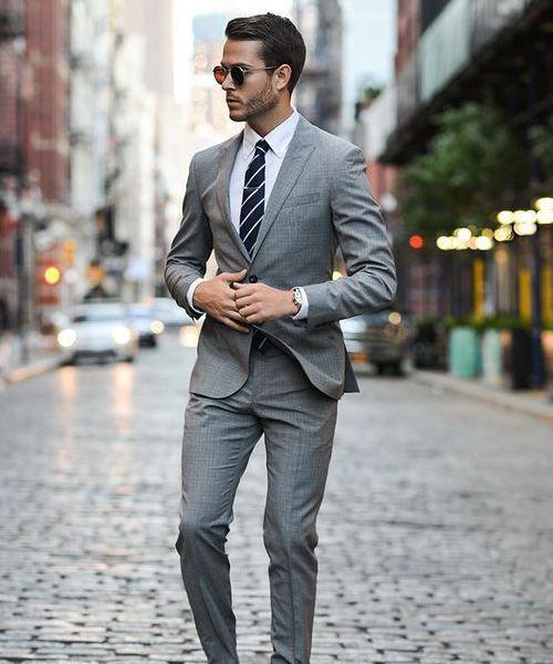 terno cinza com camisa branca