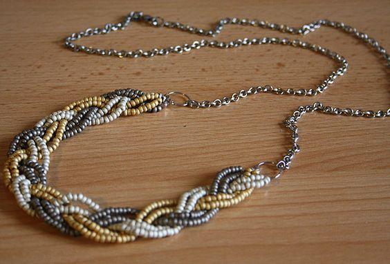 Tuto pour réaliser un collier-tresse en perles de rocaille : http://www.madmoizelle.com/tuto-collier-tresse-perles-de-rocaille-101359#sthash.IaJb6VWe.dpbs
