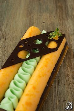Crema de Mandarina y Anís con Ganache montada de Chocolate blanco y Wasabi