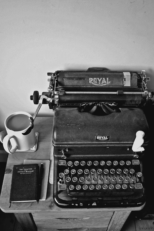 Love these old vintage typewriters. Makes me appreciate even more the authors that wrote their books on them.
