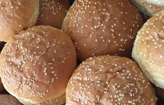 Unsere leckeren Hamburger Brötchen bzw. Burger Buns kann man jetzt bei uns online bestellen. Frisch gebacken vom Handwerksbäcker. Nur beste Handwerks-Qualität und keine Industrieware!