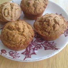 Muffin saudável de abóbora com nozes @ allrecipes.com.br - Esse muffin é semi-integral e não leva ovo ou nenhum tipo de lactose. Em casa comemos muito quibebe, e sempre que dá separo um pouco de abóbora para fazer esses bolinhos.