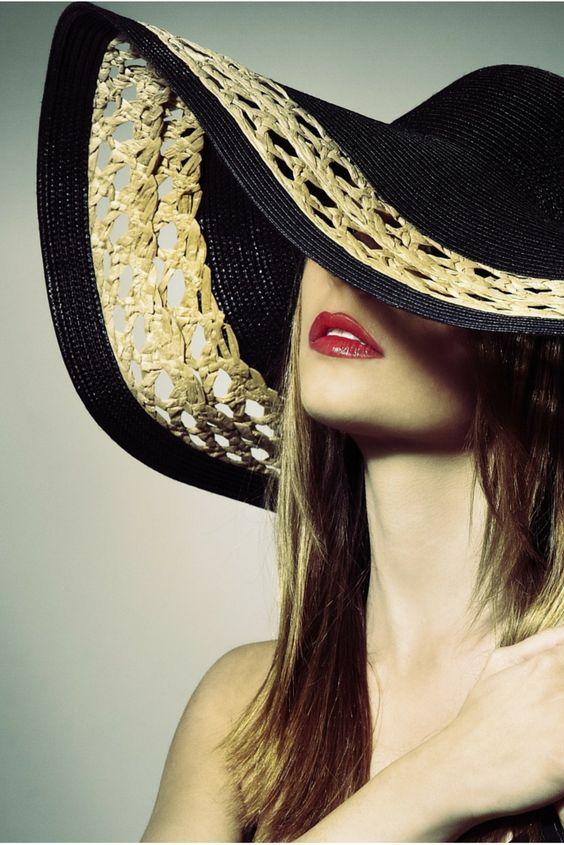 Lipstick Glamour 101 de #LimeCrime. Labial de textura cremosa de larga duración en tono rojo cereza que te permitirá crear un maquillaje clásico de tendencia vintage.
