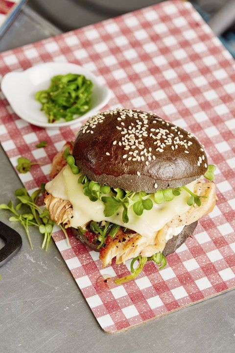 Chefkoch Burger mit Pulled Lachs, Teriyaki Sauce, Kresse, Crème fraîche, Wakame und Wasabikäse in schwarzem Bun
