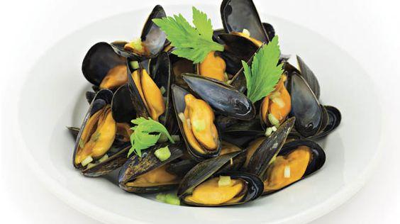 Moules à la tomate et à la coriandre   Recettes IGA   Fruits de mer, Vin blanc, Recette rapide