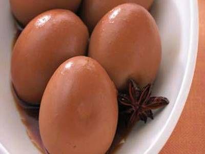 ゆで卵のスパイス煮 | このまま食べても、ラーメンにのせても。卵がしっかりかぶる量の煮汁でつくるのが、まんべんなく色をつけるこつです。