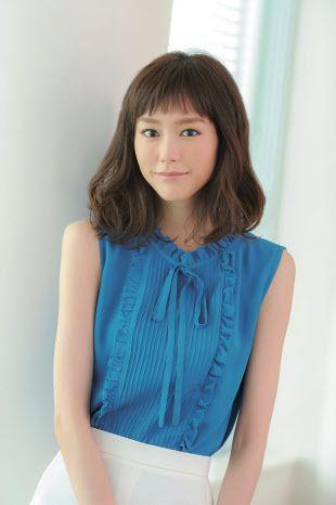 リボンつきの青服の桐谷美玲