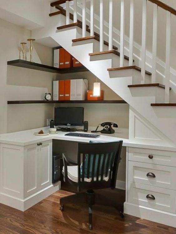 coin de travail avec un bureau domicile sous escalier, meubles sous escalier: