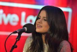 """Selena Gomez faz cover de """"Rude"""", de Magic! e apresenta versão acústica de """"Good For You"""" #Cantora, #Cover, #Música, #Novo, #Programa, #Single, #Sucesso http://popzone.tv/selena-gomez-faz-cover-de-rude-de-magic-e-apresenta-versao-acustica-de-good-for-you/"""