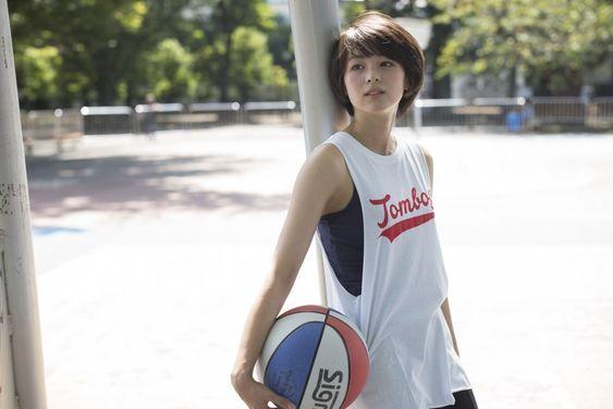 バスケットボールを持つ清野菜名さん