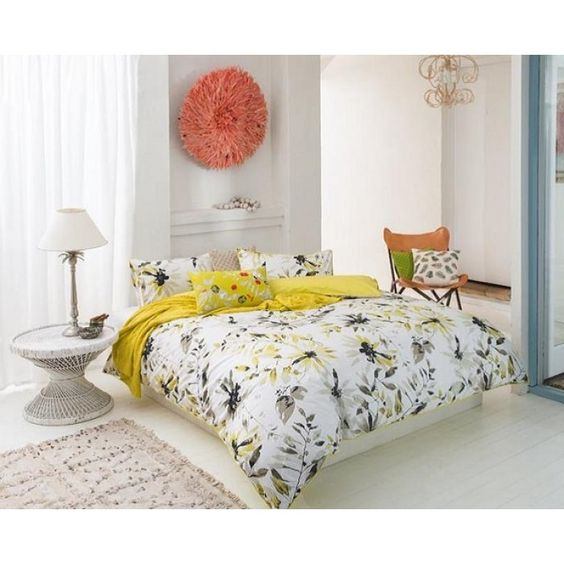 la housse de couette cosh est une conception florale douce en jaune et gris sur un fond blanc. Black Bedroom Furniture Sets. Home Design Ideas