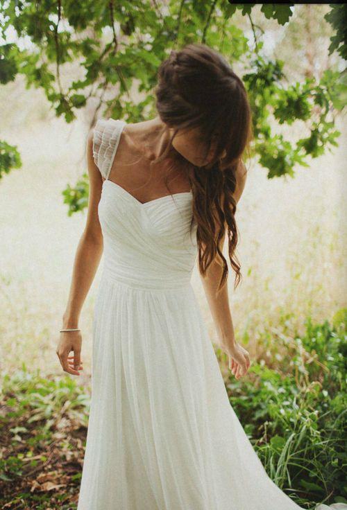 Boheme. Garden wedding.Feminine, classy, simple. :)  J'aime beaucoup la simplicité de cette robe.