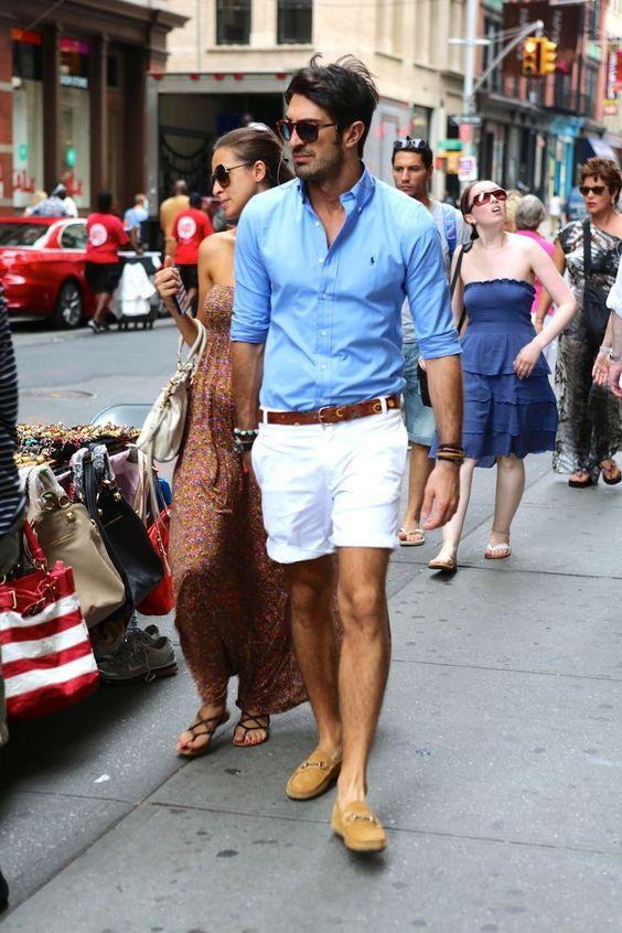 Acheter la tenue sur Lookastic:  https://lookastic.fr/mode-homme/tenues/bleu-clair-short-blanc-mocassins-brun-clair-ceinture-brun/3638  — Chemise à manches longues bleu clair  — Ceinture en cuir brun  — Short blanc  — Mocassins en daim bruns clairs