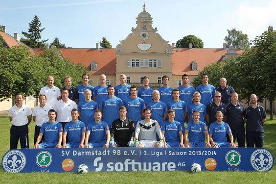 Offizielles Mannschaftsfoto des SV Darmstadt 98 in diesem Jahr vor ...