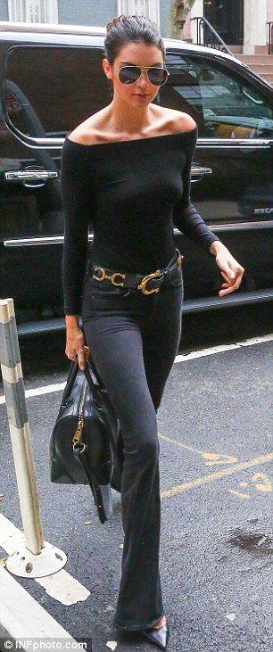 Kendall Jenner in de najaarstrends: off-shoulder top, flared jeans en pointy heels! #welike #ottonl #fall2015