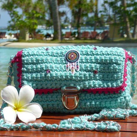 [ Tuto DIY ] Réalisez vous-même votre pochette au crochet avec la laine NaturaXL pour avoir un sac #unique ! Suivez le tutoriel ici >>> https://www.perlesandco.com/Pochette_crochetee_bobo_chic_Natura_XL_et_tissu_plumes-s-2584-23.html Merci à caticoud >>> http://www.caticoud.com/