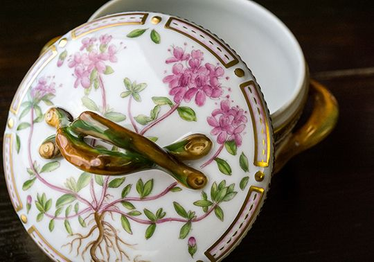 ロイヤルコペンハーゲン/ROYAL COPENHAGEN フローラダニカ/Flora Danica (Thymus serpyllum L )シュガーポット/ボンボン 20/3624  デンマーク王室の公式晩餐会の食器として使用されるフローラダニカは、 世界一豪華なディナーウエアとして今も尚、君臨する高級作品として愛されております。