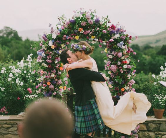 love this gorgeous flower arch