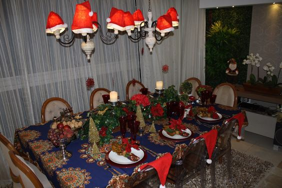 Mesa de Natal decorada pela Arquiteta Lu Camargos, com flores artificiais Eu Que Decoro. www.euquedecoro.com.br