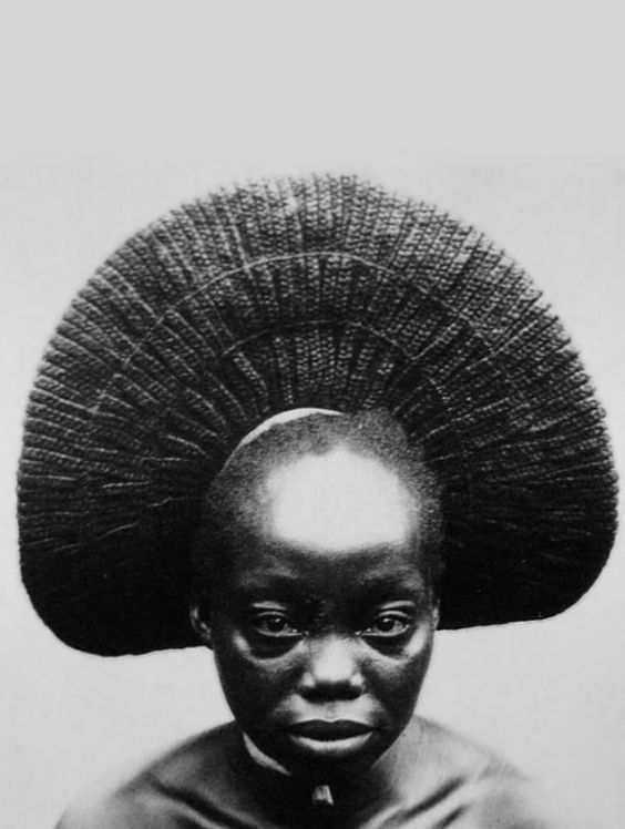 Africa | Nasara, one of the wives of Akenge with typical fan-shaped style of the Zande, Democratic Republic Congo. | ©Photo: Herbert Lang Expedition, 1909 - 1915.