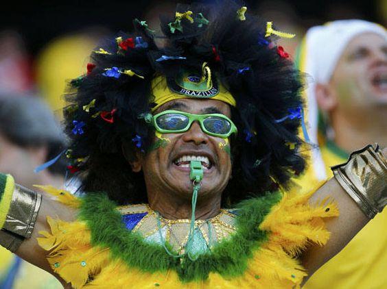 Torcedor fantasiado espera jogo de abertura da Copa do Mundo