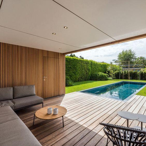 loungeplek met zwembad in de tuin