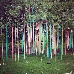 Een tuinfeest of een bruiloft buiten? Met een paar linten zorg je voor een geheel eigen sfeer in de tuin.