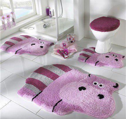 Casa de banho muito querida e divertida! Adoro a tampinha e os tapetinhos!