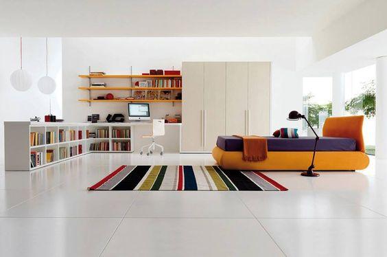 habitación con detalles de color