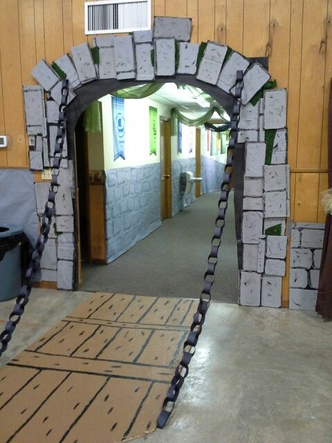 Kingdom Rock draw bridge & chain (cardboard and paper chain) We could use the rope chain like the describe on the DVD. The cardboard bridge looks very very easy.: