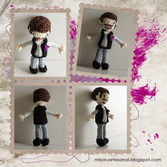 Novio amigurumi personalizado: Stéphane, con pantalones grises y chaleco negro, y buganvilla fucsia en la solapa.