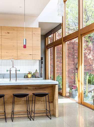 Une cuisine design avec une verrière en bois.
