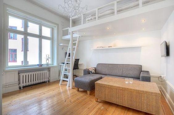 lit mezzanine blanc, canapé gris et table tressée