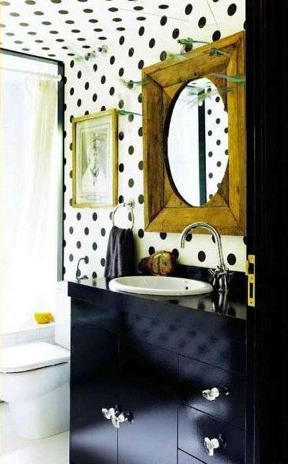 Tupfen Tapete an Wand und Decke. schwarz weiß Raumgestaltung